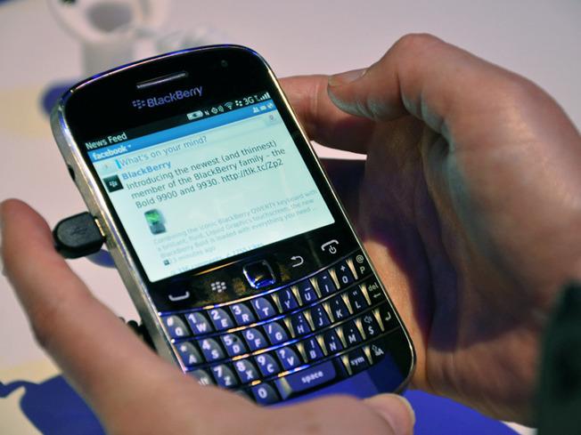 Blackberry-bold-9900-facebook