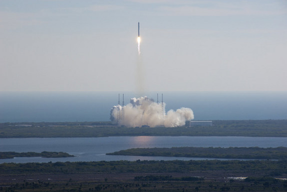 Spacex-falcon9-dragon-liftoff-101208-02